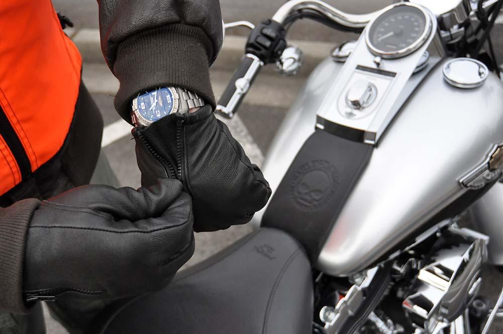 conducir sin guantes, guantes de moto, motorcycle gloves, ropa de moto