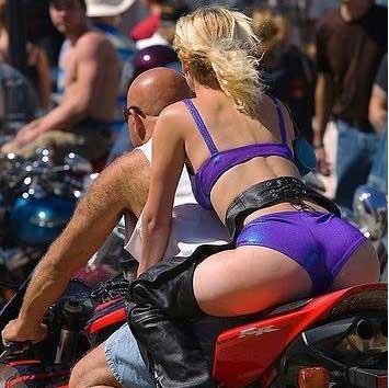 1000 maneras de morir y una de muy estúpida; ir en moto en ropa de playa.