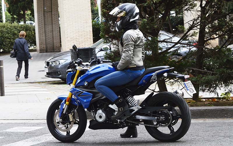 BMW G310 R mujeres moteras 2017