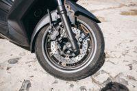 Cómo cambiar la rueda delantera de una moto