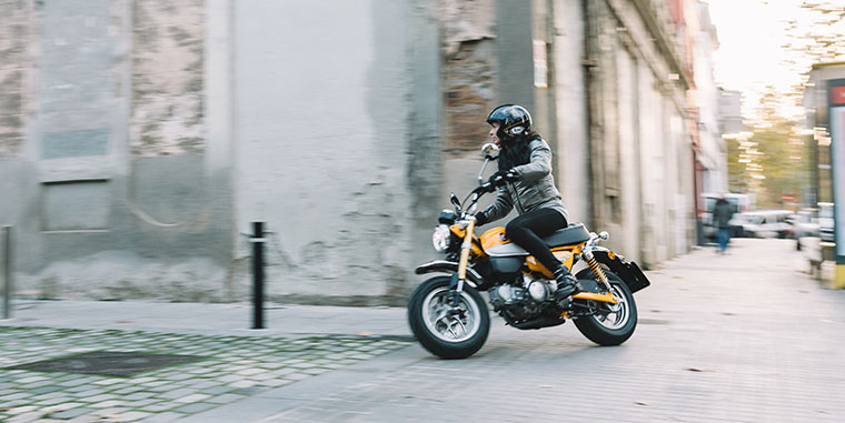 honda monkey, moto para chicas, motos pequeñas exclusivas, scooter monkey, minimoto monkey, mujeres moteras, motos para mujeres