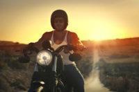 Elementos de seguridad para motos en verano