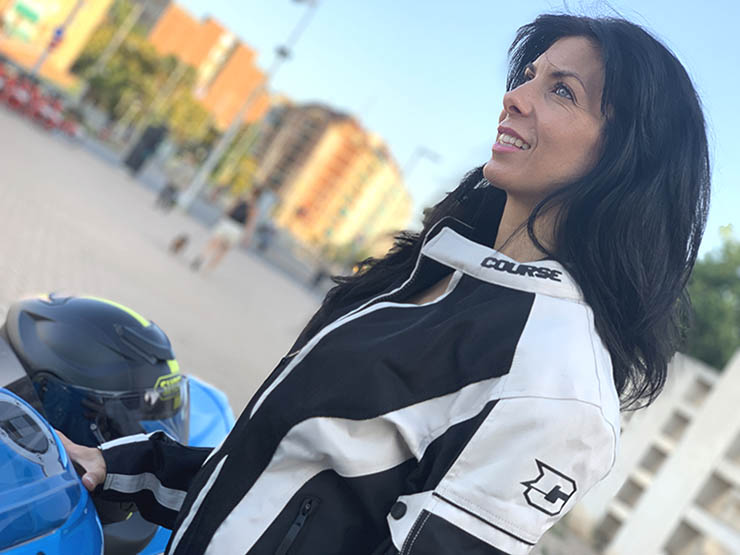 vestir en moto en verano con ropa de moto con protecciones. Chaqueta de cordura de verano. Unisex.