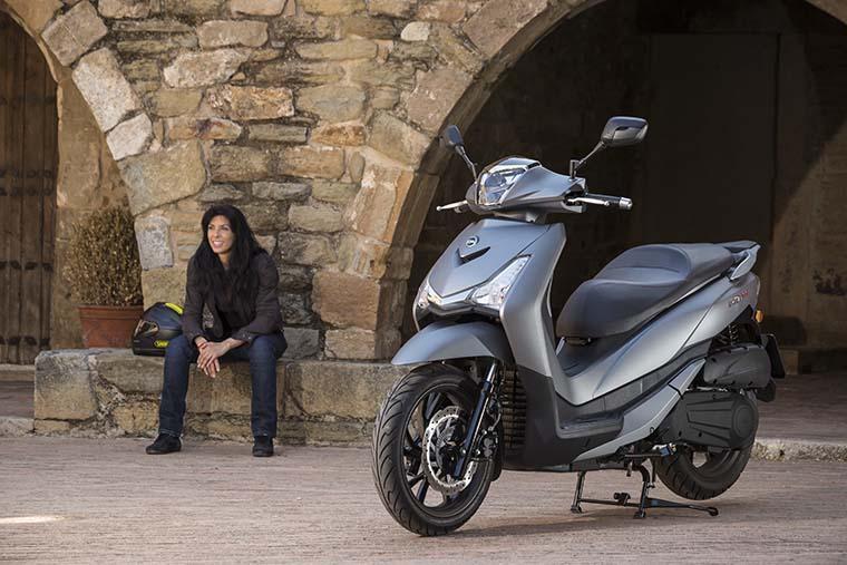 el scooter sym hd 300 es práctico y manejable en entornos urbanos