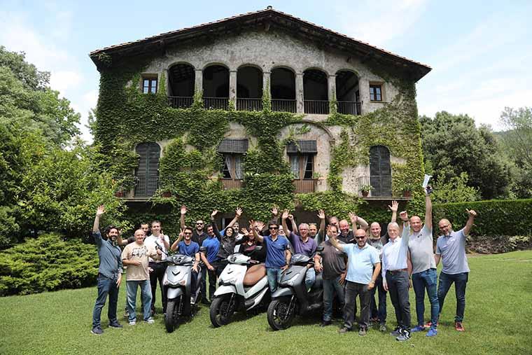 grupo de periodistas junto con el equipo de motos bordoy en la presentacion de Sym HD300 2019