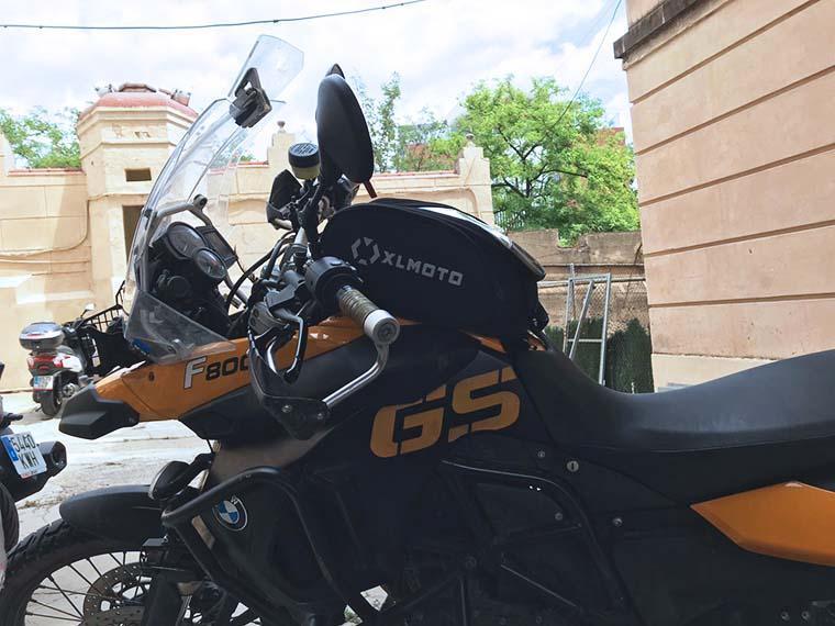 bolsa sobre depósito para viajar en moto con equipaje