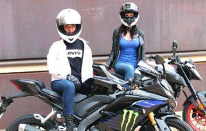 Yamaha MT125 y Yamaha YZF R125 con la piloto Paula Fajardo y la influencer Mujeres Moteras