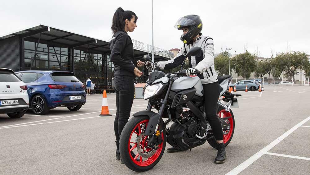 aprender a ir en moto con alguien de confianza