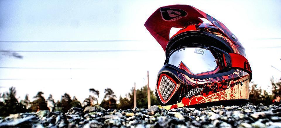 limpiar el casco. Casco sucio de tierra y barro. Cómo limpiar un casco