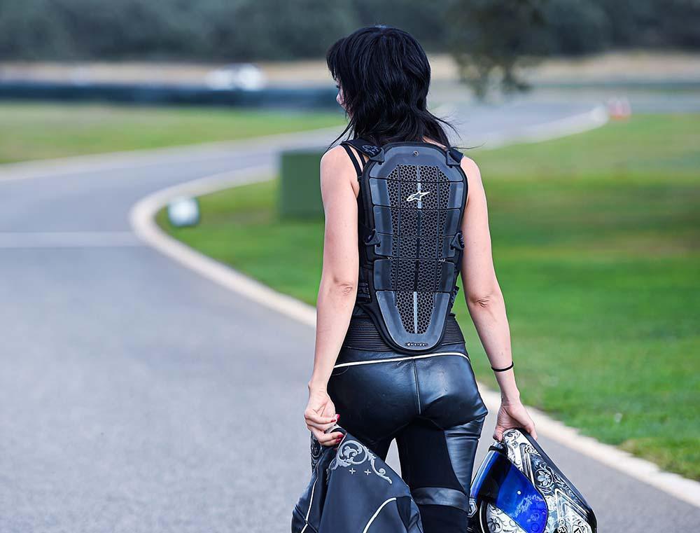 Espaldera para ir en moto protege tu espalda