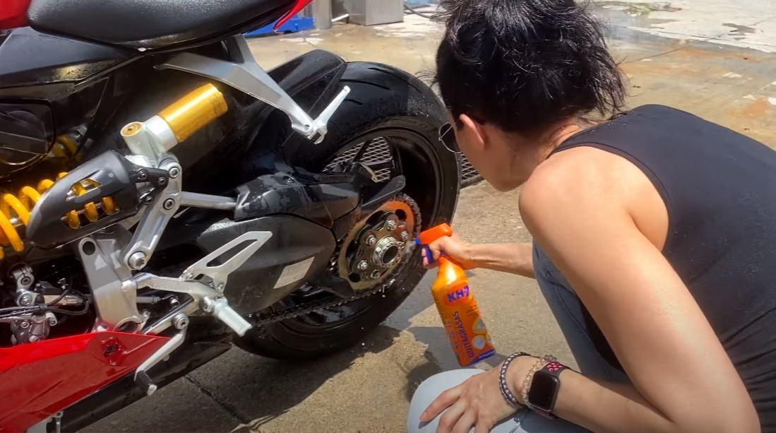 desengrasar la cadena de la moto