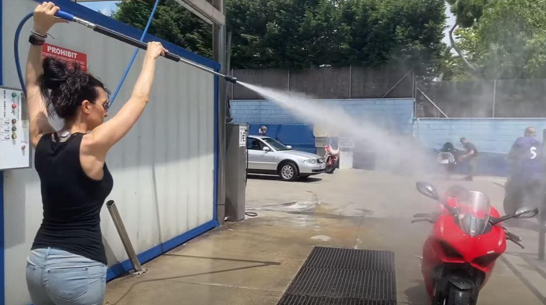 lavar la moto con manguera a presión sin rayarla
