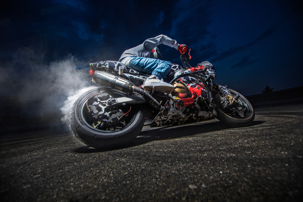 4 Diferencias entre una moto R y una Naked
